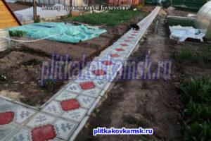 Укладка большого краковского клевера на садовых дорожках