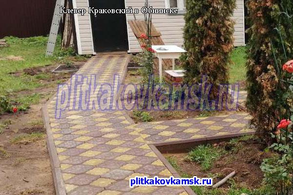 Укладка тротуарной плитки Клевер Краковский на садовых дорожках