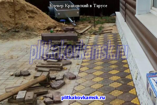 Мощение отмостки вокруг дома тротуарной плиткой Клевер Краковский в Тарусе